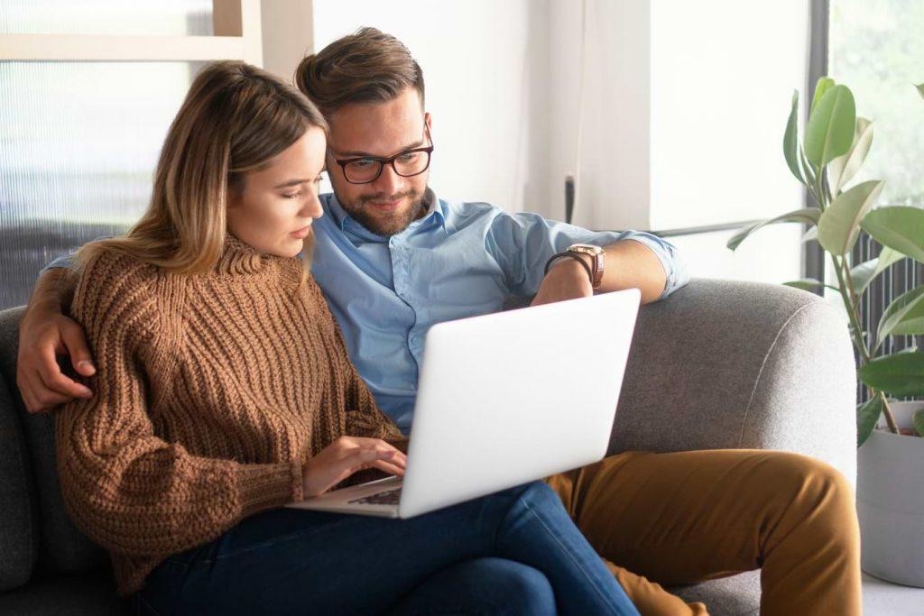 Par vid dator som ansöker om lån online